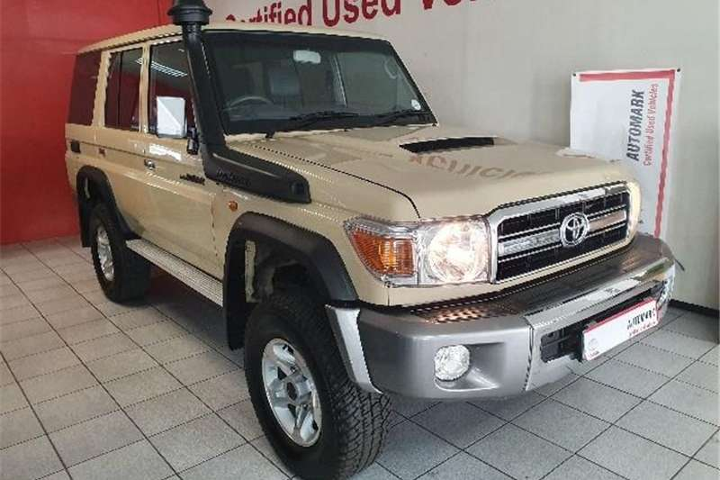Toyota Land Cruiser 76 4.5D 4D LX V8 station wagon 2014