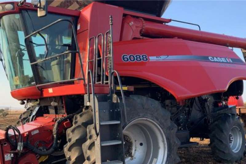 Case Case 6088 Combine with Duals and Chopper Harvesting equipment