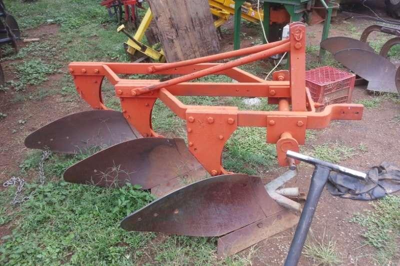 CC Agri Ploughs Mouldboard ploughs drie skaar ploughs tekoop 2011