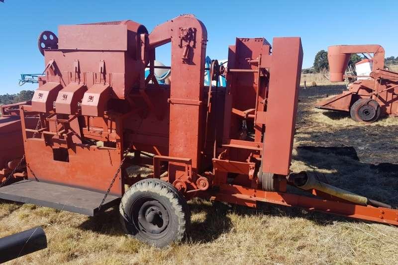 Combine Harvesters and Harvesting Equipment Threshers Soilmaster or Vetsak Dorsmasjien