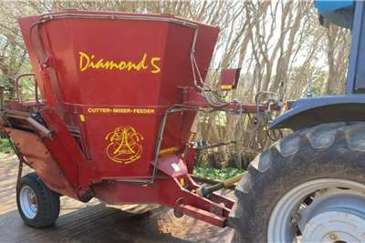 Feed Mixer 2016 Diamond 5 Feed Mixer with scale Feed wagons