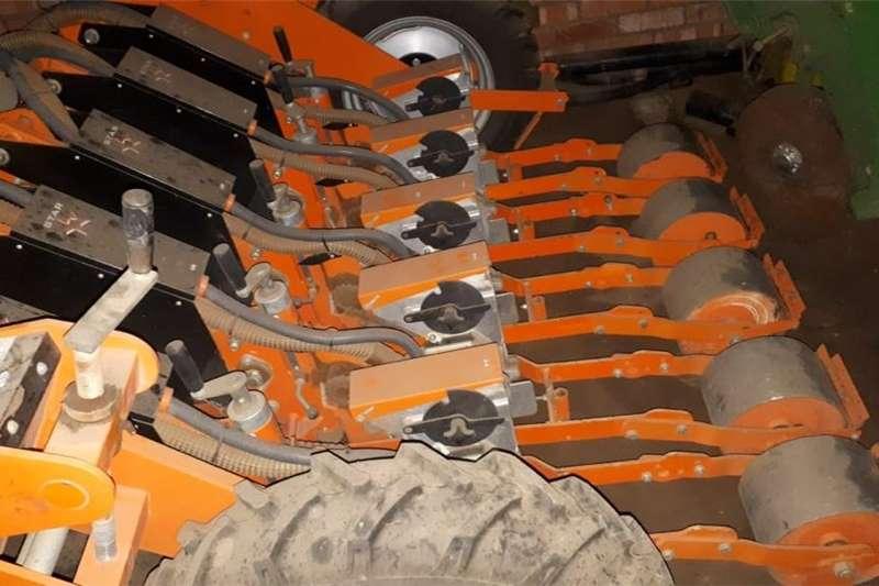 Grain headers H&C Tweedehanse Trekkers en PlaasImplemente Harvesting equipment