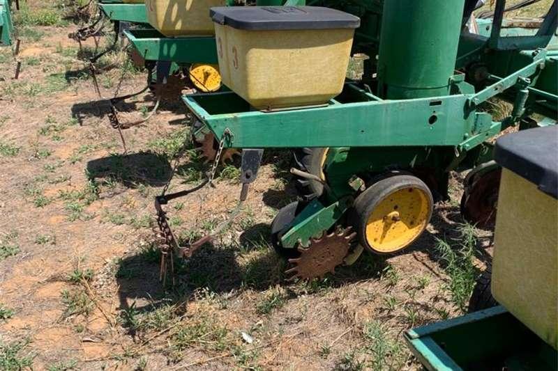 Grape harvesters H&C Tweedehanse Trekkers en PlaasImplemente Harvesting equipment