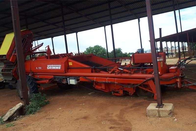 Potato harvesters H&C Tweedehanse Trekkers en PlaasImplemente Harvesting equipment