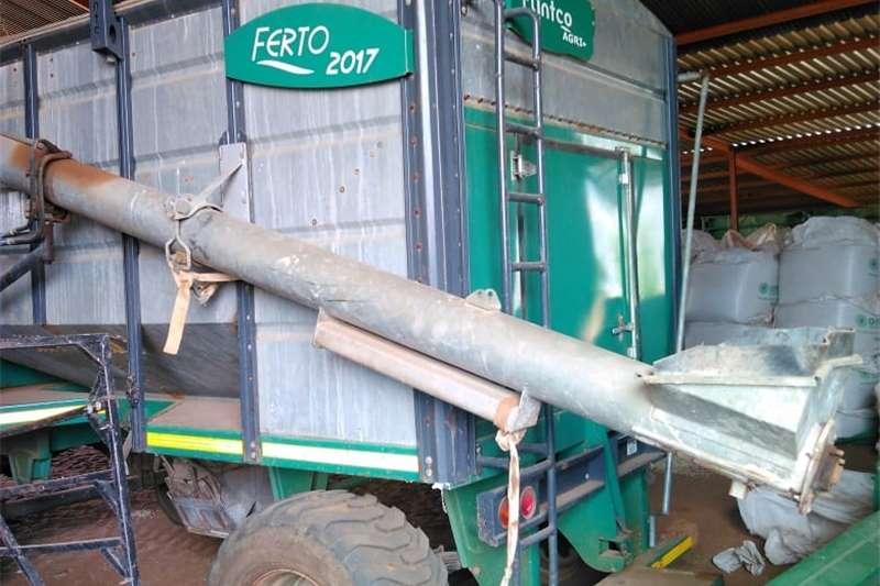 Threshers H&C Tweedehanse Trekkers en PlaasImplemente Harvesting equipment