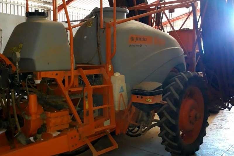 Jacto High clearance sprayers 3000 Advance AM18 Sprayers and spraying equipment