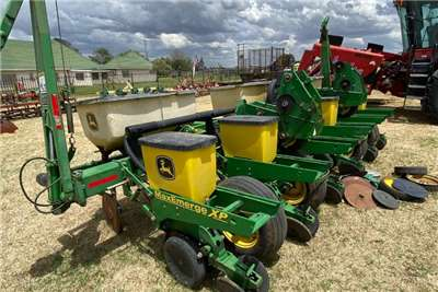 John Deere Drawn planters John Deere 1750 Planting and seeding