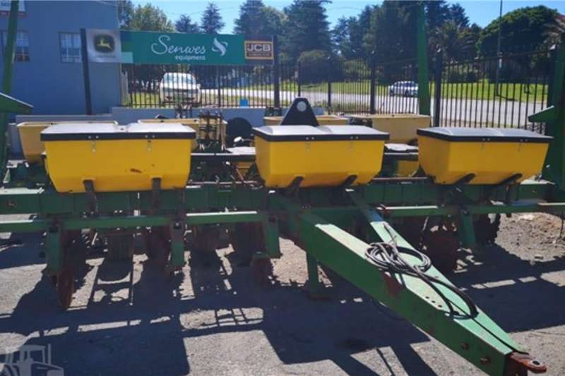 John Deere Planting and seeding equipment 1750 6 Row 2005