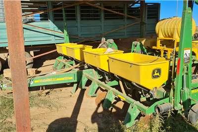 John Deere 2012 John Deere 1750 0.76cm 8row vacuum planter Planting and seeding equipment