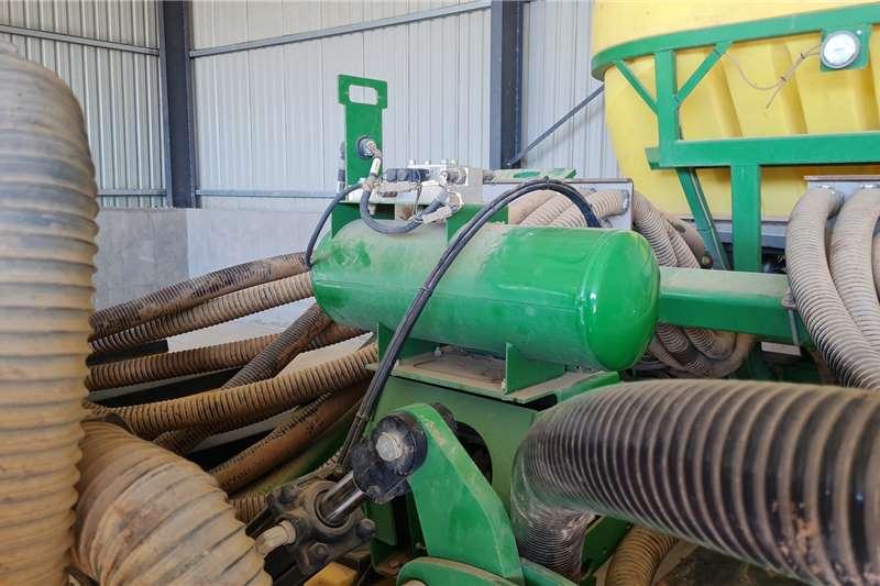John Deere 2017 John Deere 16row FX planter with row command Planting and seeding equipment