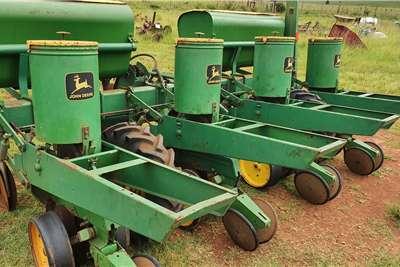 John Deere Drawn planters 7000 4 row planter Planting and seeding equipment