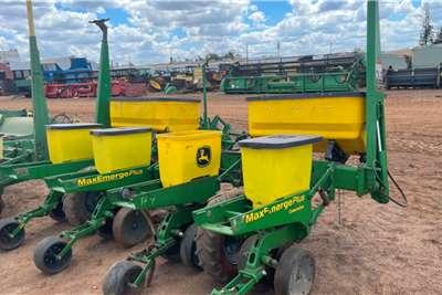 John Deere Drawn planters John Deere1750 4 Row planter Planting and seeding equipment