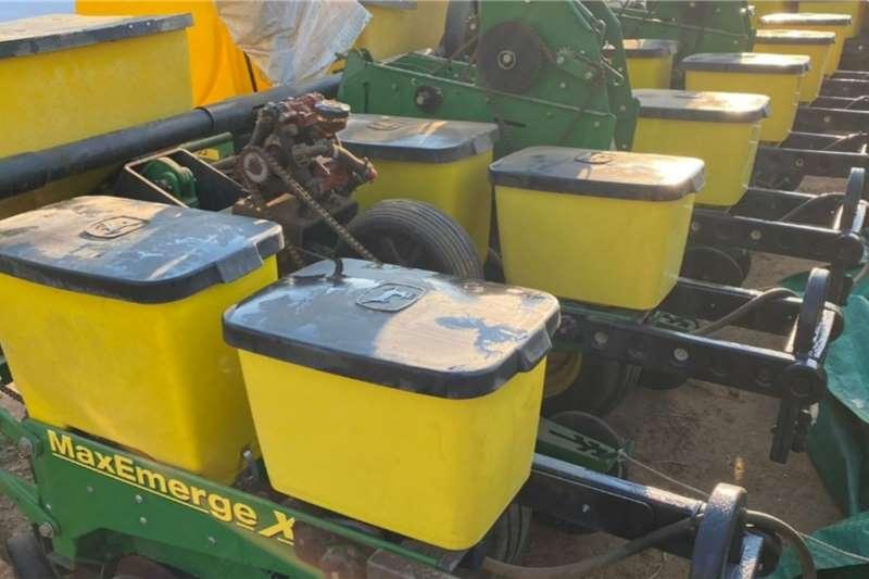 John Deere John Deere 1750 6row 0.91cm vacuum planter Planting and seeding equipment