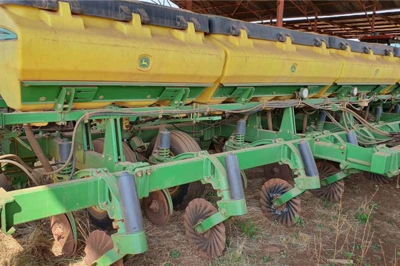 John Deere No till planters JOHN DEERE 2113 CCS Planting and seeding equipment