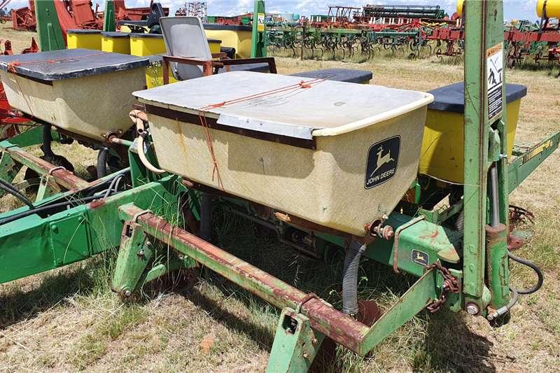 John Deere Row planters 1750 4 row Planting and seeding equipment