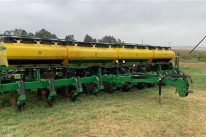John Deere Planting and seeding equipment Row planters JOHN DEERE 2117 2012