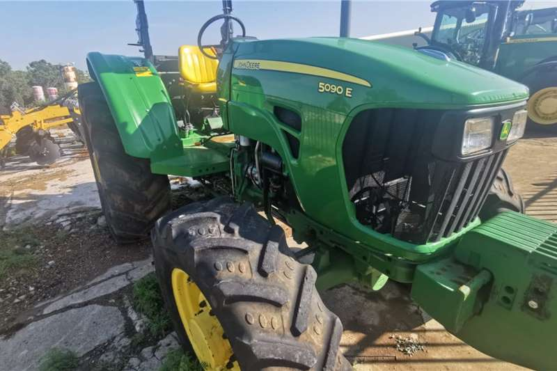 John Deere 2016 John Deere 5082E Wet Clutch Tractors