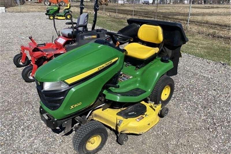 Lawnmowers JOHN DEERE X300 RIDE ON LAWN MOWER Lawn equipment