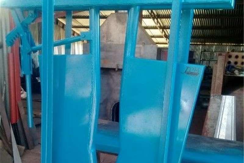 Livestock crushes and equipment kopklamp Livestock handling equipment