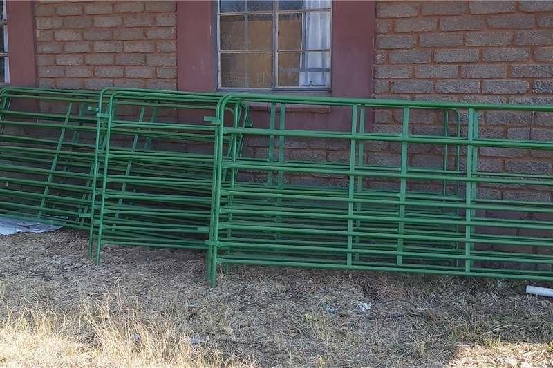 Livestock crushes and equipment Kraal hekke elk 20 beskikbaar Livestock handling equipment
