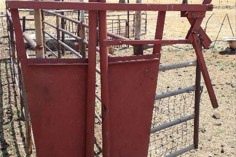 Livestock crushes and equipment nekklamp Livestock handling equipment