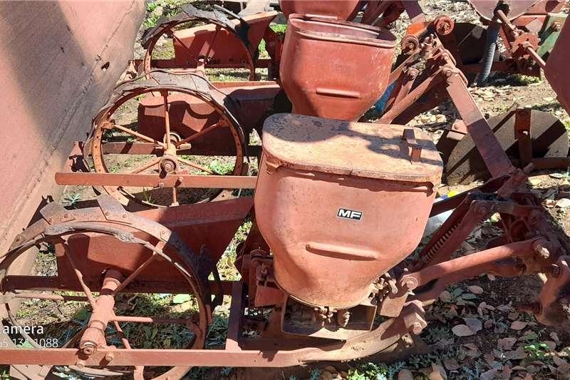 Massey Ferguson Row planters 3 ROW   FOR PARTS Planting and seeding equipment