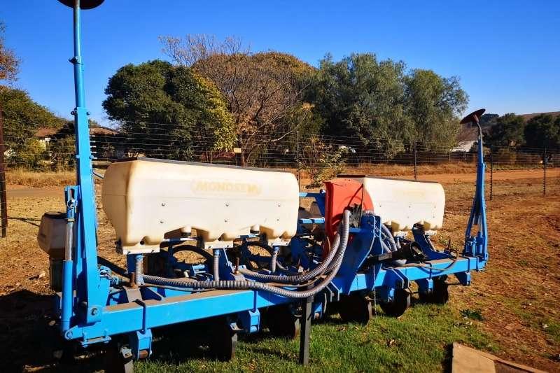 Monosem Planting and seeding 6 Row Monosem Lift Planter