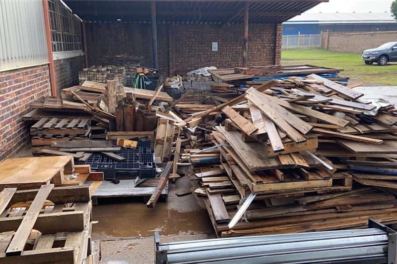 Packhouse equipment Pallets Broken pallets and crates for sale