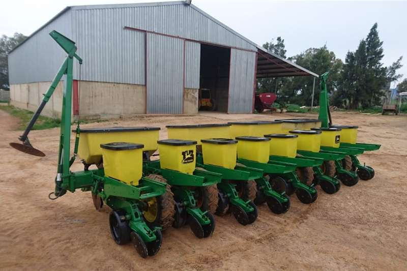 Planting and seeding Drawn planters John Deere Max Emurge 1750 planter