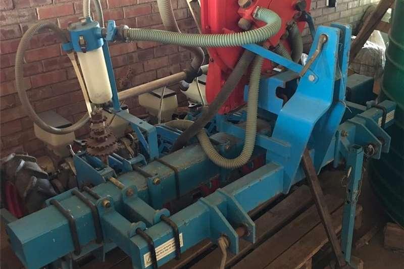 Planting and seeding Drills Monosem 8 row vacuum vegetable planter