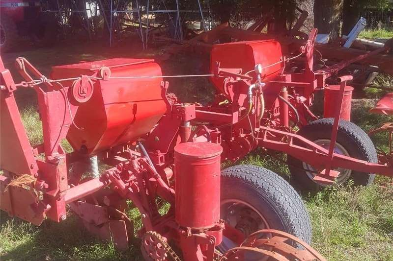 Drawn planters 2 ry x 2.1m Massey Ferguson 525 Korrel Kunsmis Pla Planting and seeding equipment