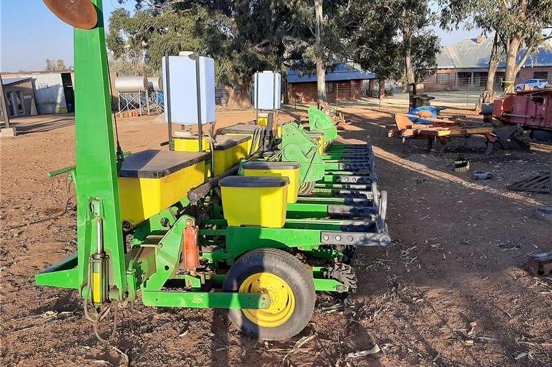 Row planters John Deere 8 row vacuum planter Planting and seeding equipment