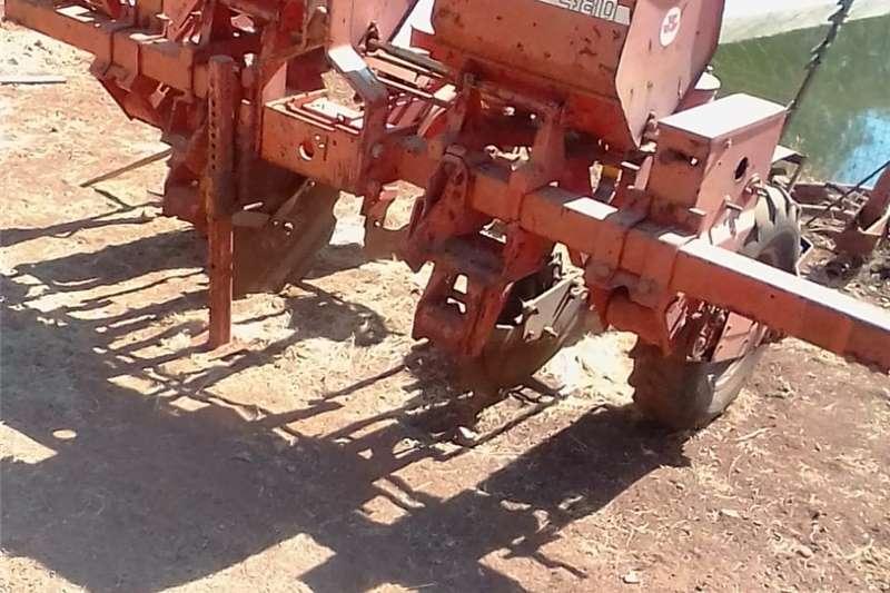 Row planters Massey Ferguson 480 planter met exstra plate. Planting and seeding equipment