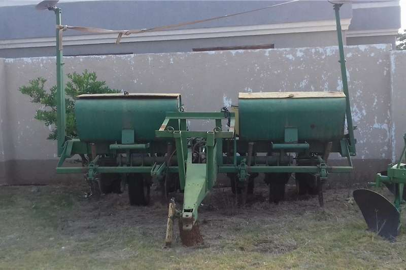 Planting and seeding Integral planters JD7000 planter 4 rows