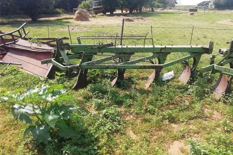 Ploughs Subsoiling ploughs John Deere Ploee