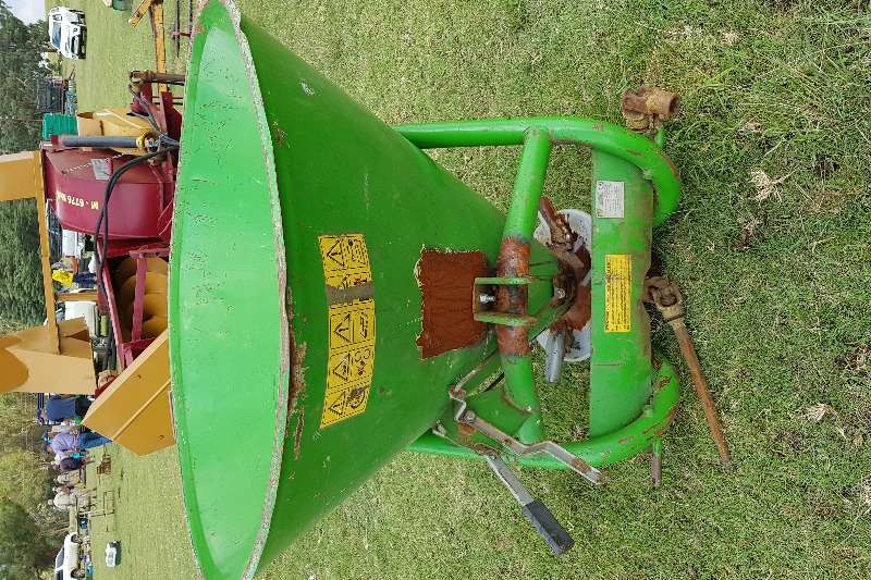 Spreaders single spinner fertilizer spreader