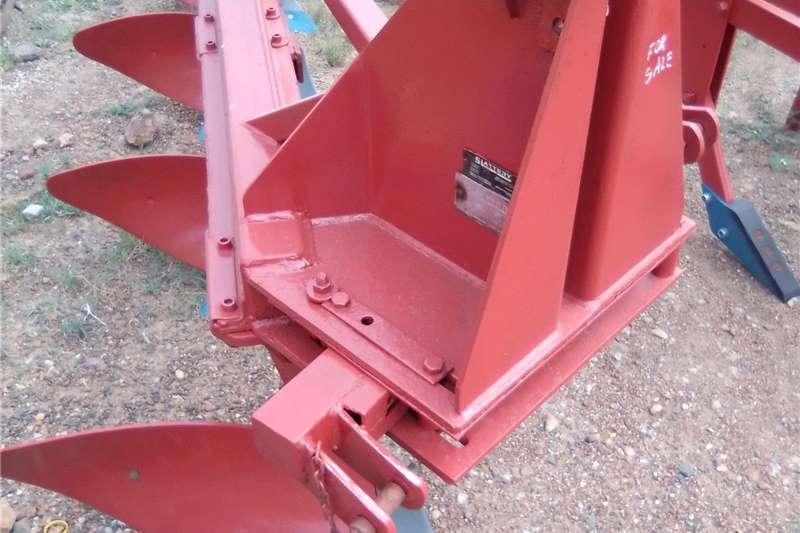 Ploughs 4 Skaar ploeg . 4 Shear heavy duty plough Tillage equipment