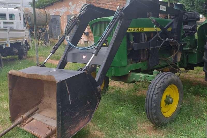 2WD tractors John Deere Trekker met Rovic laaigraaf en skraper Tractors
