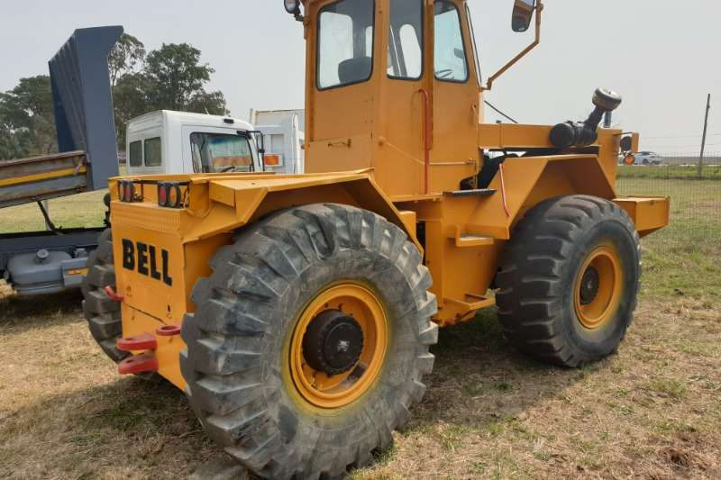 Bell Tractors - towing Bell toe tractor 1985