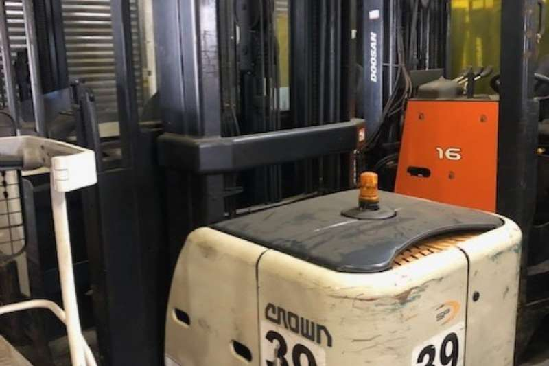 Crown Forklifts Crown   SP3522   1.0 Order Picker 2011