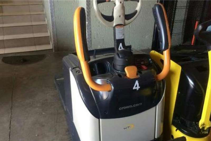 Crown Electric forklift Crown POWER PALLET MOVER Forklifts