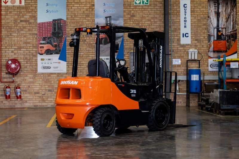 Doosan Forklifts Diesel forklift DoosanForklift 3t D30S 4 2010