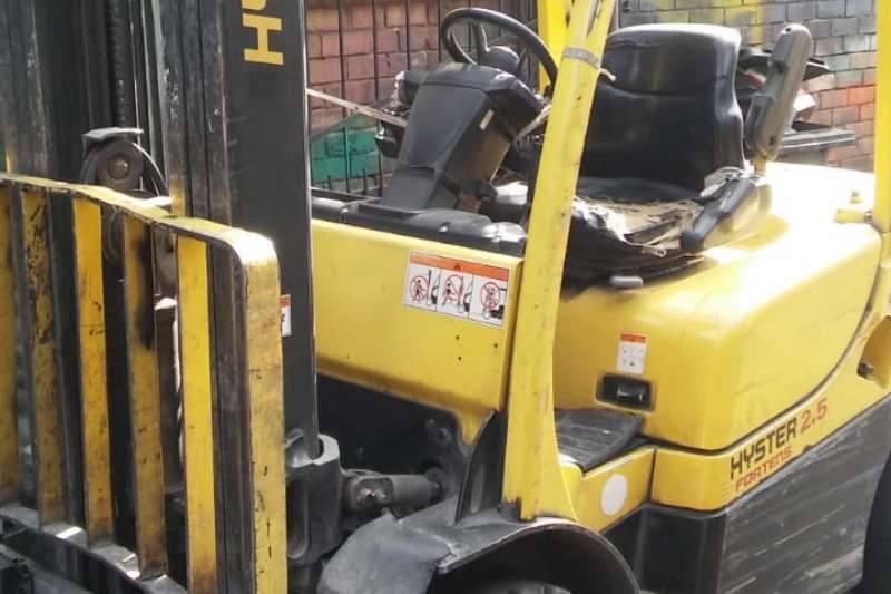 Hyster Forklifts Fortens   needs attention   3 stage cont mast