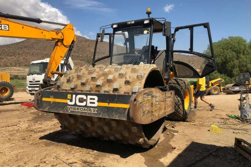 JCB Compactor VIBROMAX VM200 with padfoot attachments 2012