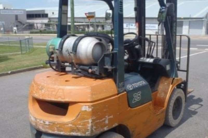Toyota Forklifts Material handling For Rebuild   2.5 Ton LP gas   7 series