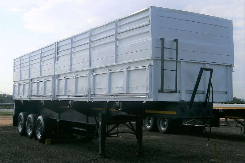 Henred Trailers Grain carrier HENRED FRUEHAUF TRI AXLE MASS SIDES GRAIN SIDE TIP 1986