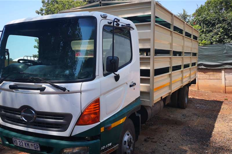 Hino Cattle body trucks Hi no 6ton 10 176 cattle rail 2004