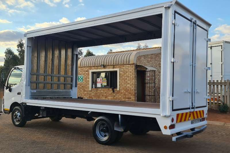 Hino 300 915 Curtain side trucks