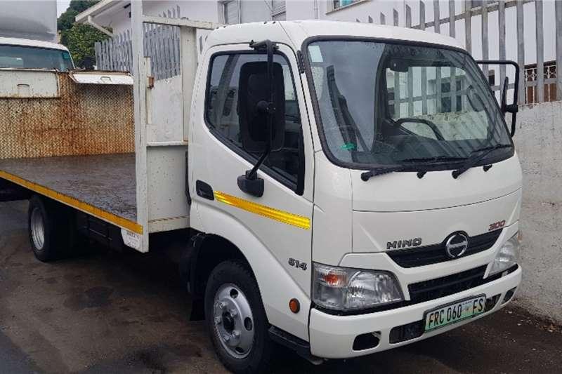 Hino Flatbed trucks 300 SERIES   614 2015