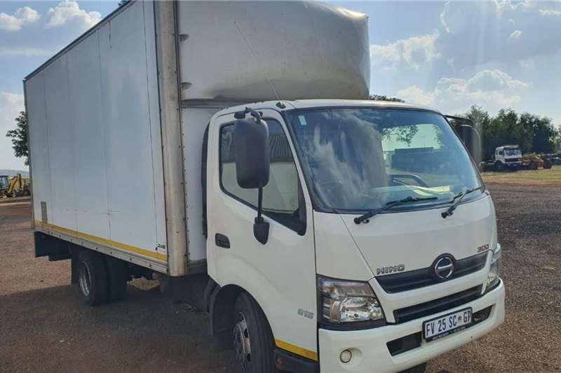 Hino 300 815 CLOSED BODY Truck